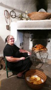 Maria Lucia Moro ist eine Könnerin der Casadina Brotbackkunst am offenen Feuer