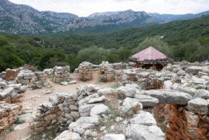 Ausgabungsstätte der Nuraghen im Dorf Villaggio Preistorio di Sa Sedda De Sos Carros auf Sardinien
