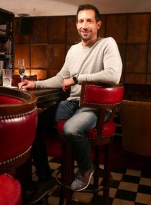 Tomas Kovacs trinkt Champagner aus dem Spektrum seiner Champagner Therapy