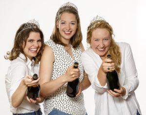 Die Badener Weinkönigin Miriam Kaltenbach (Mitte) sowie ihre Weinprinzessinnen Stephanie Megerle und Hannah Herrmann