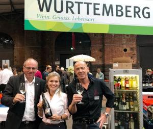 De ehemalige Württembergische und jetzt Deutsche Weinkönigin Carolin Klöckner zusammen mit links Ulrich Breutner (Weininstitut Württemberg) und Gert Seibold (Fellbacher Weingärtner)