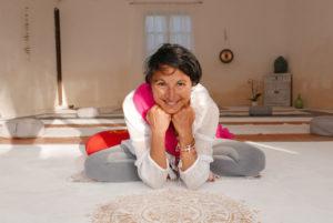 Oumaida Fabian meditiert im Ashram für Frauen auf Mallorca
