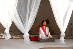 Oumaida Fabian meditiert im Frauenanshram Mallorca