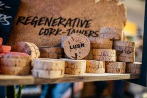 Verpackung mal anders: Die Kork Container sind zu 100% aus natürlichen Rohstoffen gewonnen und ein toller Begleiter für unterwegs.