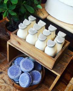 Witzig: das Milky Bar Seifensortiment - diese Seife kommt am Stück, besteht aus frischer Sojamilch und duftet herrlich frisch. Das Jumping Juniper - diese Shampoo Bar reinigt deine Haare blitzeblank, entfernt Fett und Rückstände.