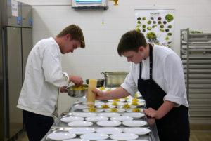Good Staff: die fleissigen Jungs vom WECC bereiten hier das Buffet & Catering für grosse Galas vor