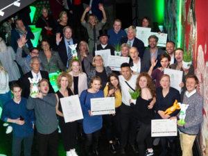 Bezirksbürgermeisterin Angelika Schöttler mit den glücklichen Gewinner_innen, Sponsor_innren und Laudator_innen des Green Buddy Award 2018. Foto: Jörg Klam