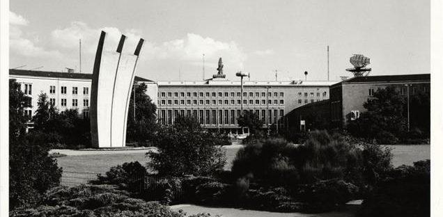 Luftbrückendenkmal, Fotograf_in unbekannt_Archiv der Museen Tempelhof-Schöneberg