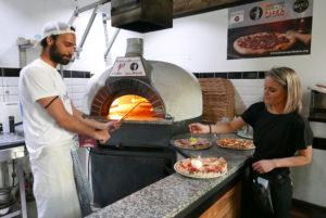 Pizzeria Malafemmena_Lorenzo Sannino und Mitarbeiterin© Anke Sademann (4)_web