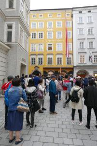 Touristen vor dem Mozarthaus_Creative Salzburg_Sademann (1)_web