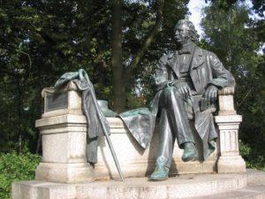 Fontane_Denkmal_Von Lienhard Schulz_commons.wikimedia