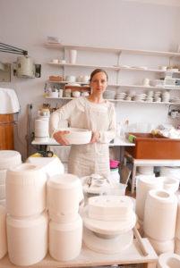Katy Jung in ihrer feinesweißes Porzellanmanufaktur Foto: Anke Sademann